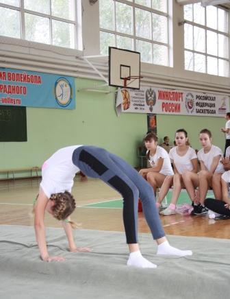 Девушки на физкультуре